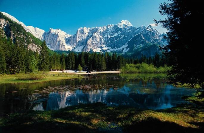 Il-lago-superiore-di-Fusine-929-m.-e-la-catena-del-Mangart