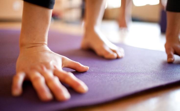yoga-hands-mat